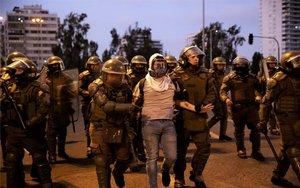 La Policía de Chile detiene a manifestantes.