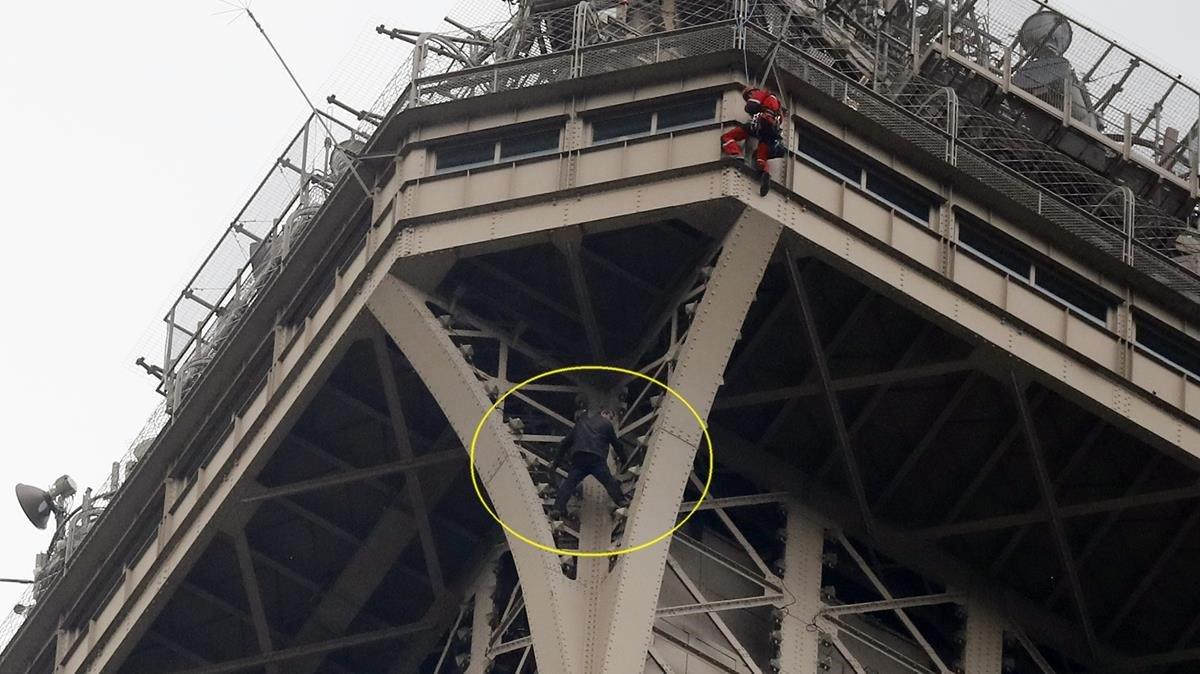 En el círculo amarillo se observa a un hombre encaramado a la estructura del monumento.
