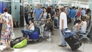Cliente en el aeropuerto de Barcelona en un día de retrasos y cancelaciones.