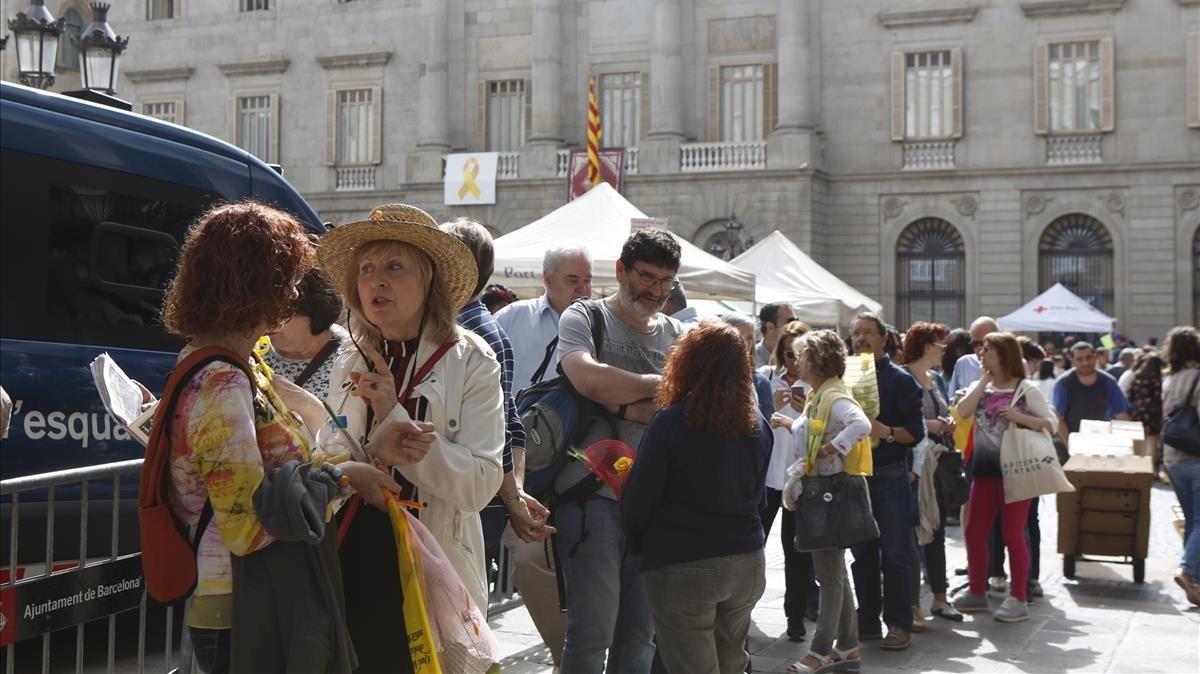 Colas para acceder a la visita del Palau de la Generalitat.