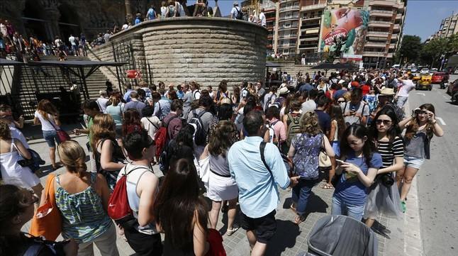 Colas de turistas ante la Sagrada Família.