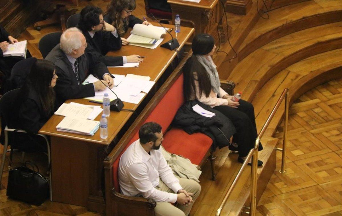 Albert López y Rosa Peral, en la primera sesión del juicio por el crimen de la Guàrdia Urbana.