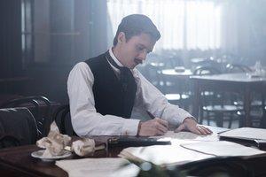 Thomas Solivérès interpreta al joven poeta Edmond Rostand.