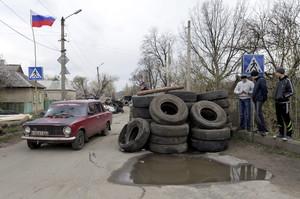 Un cotxe passa al costat dun control de manifestants prorussos a Donetsk (Ucraïna).
