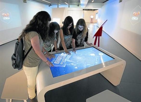 Cuatro adolescentes, en una de las salas de experimentación de CosmoCaixa.