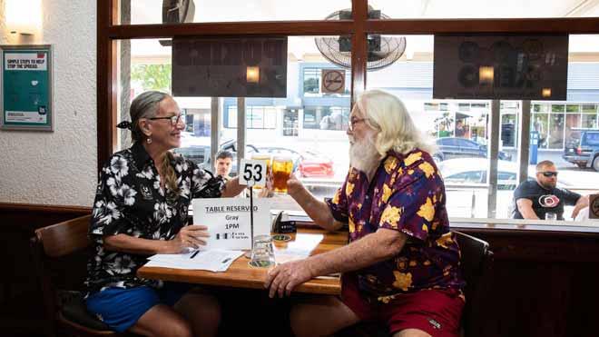 Eufòria a Austràlia amb la primera cervesa tirada després del confinament