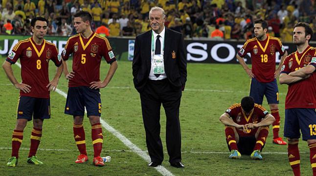 Del Bosque, rodeado de algunos de sus jugadores, tras perder la final de la Copa Confederaciones ante Brasil