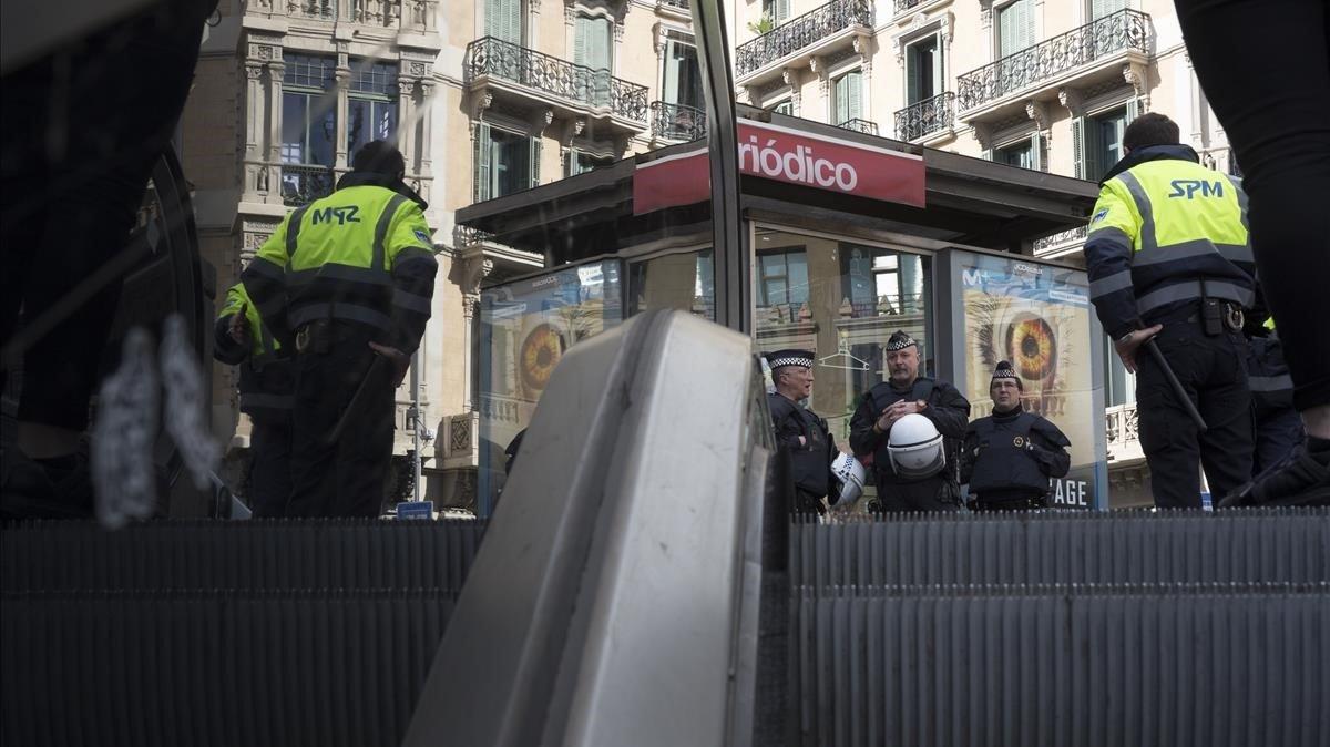 Despliegue de Mossos y Guardia Urbana en los accesos a las estaciones de metro y Rodalies en Plaza Catalunya, Barcelona, para evitar el acceso de top manta
