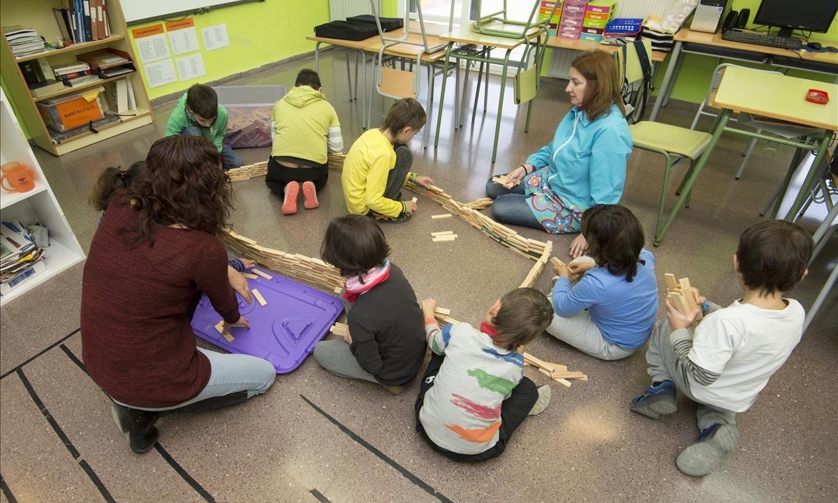Los ocho alumnos de una escuela de Prat de Comte (Tarragona) con la directora, Rut Sebastià (de espaldas), y la maestra Maite Domènech.