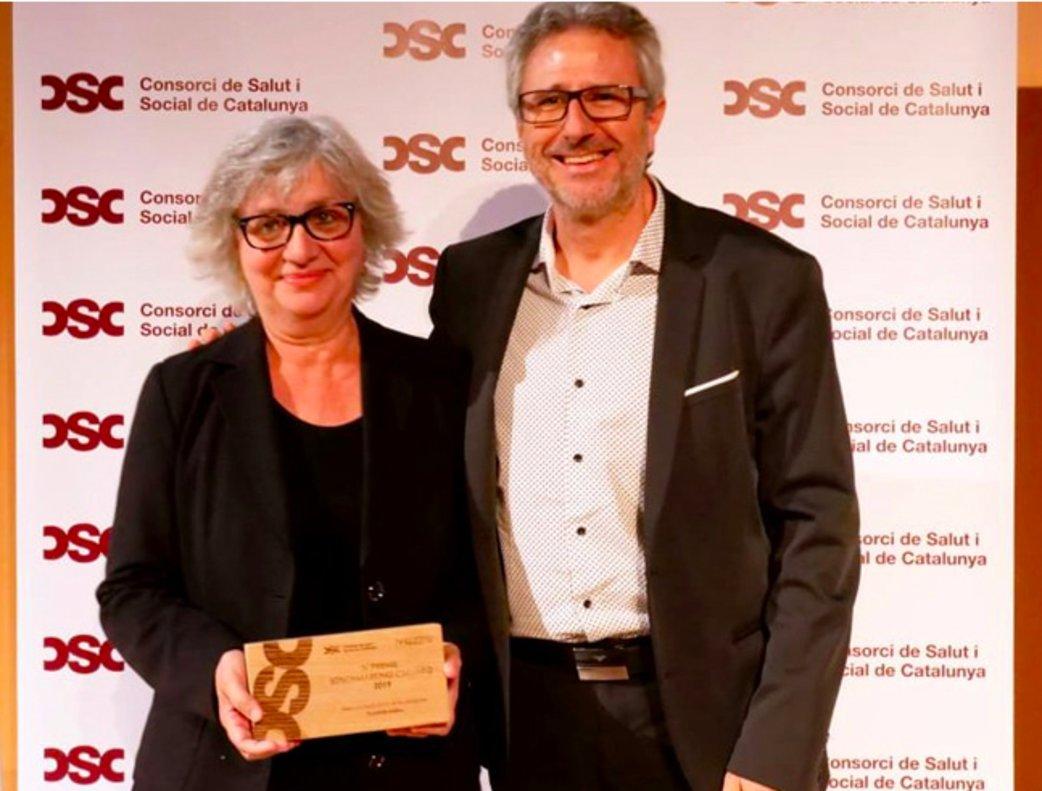 La directora del Hospital de Viladecans, Montse Oliveras, con el presidente del CSC, Manuel Ferré, en la entrega de premios