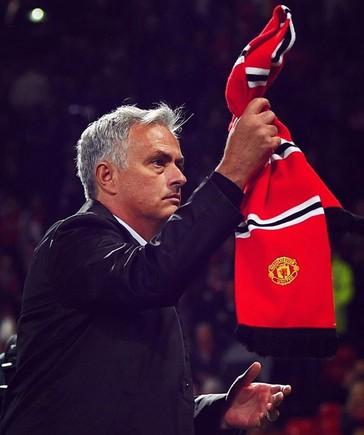 Mourinho agradece al público de Old Trafford su actitud en la derrota ante el Tottenham.