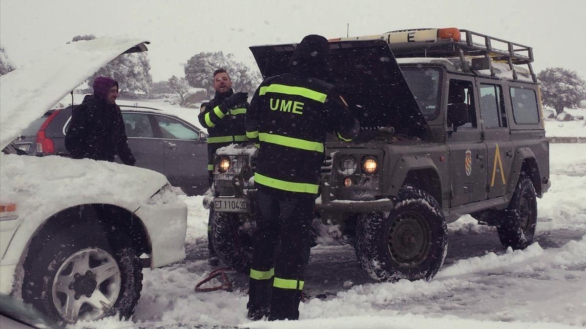 Doscientos cincuenta miembros de la Unidad Militar de Emergencias, UME, siguen trabajando para liberar a los ocupantes de los vehiculos.