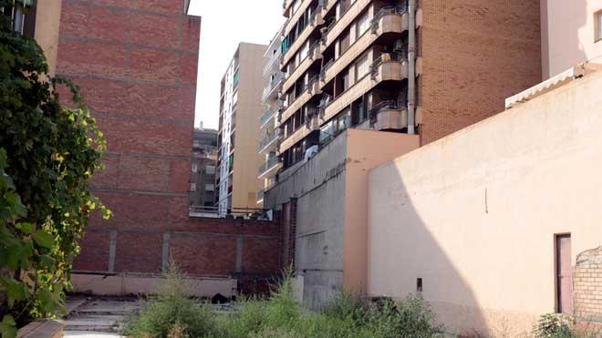 El edificio de Lleida desde el que ha caído una pareja y ha resultado muerta.