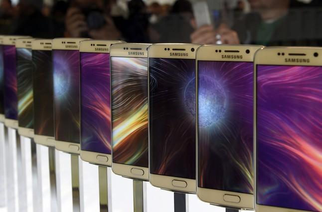Els nous mòbils de Samsung exposats durant la seva presentació.