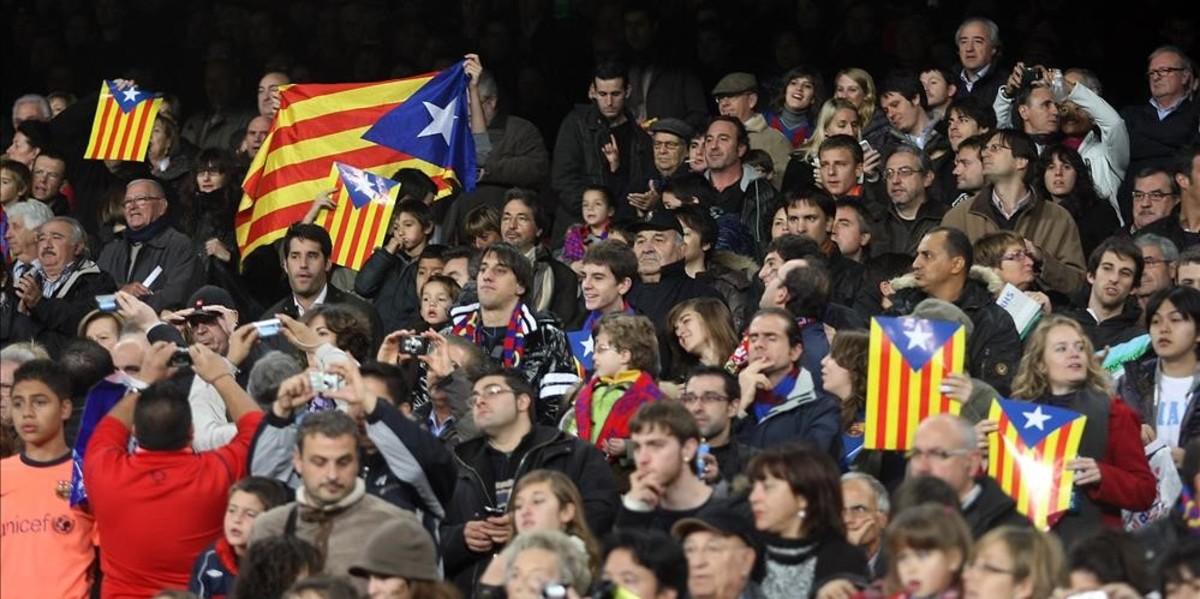 Banderas independentistas en las gradas del Camp Nou.