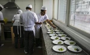 Jóvenes en prácticas de cocinero y camarero.