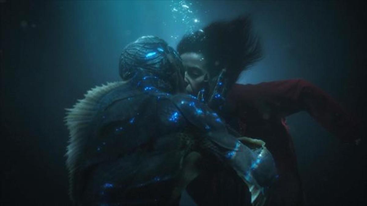 Escena de amor en La forma del agua, de Guillermo del Toro.