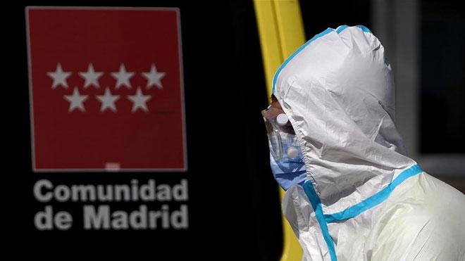 España, primer país de la UE que rebasa el millón de contagios de covid-19. En la foto, traslado de enfermos del hospital Doce de octubre de Madrid.