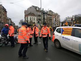 Fotografía subida por Esteban González Pons a su cuenta de Twitter para denunciar que algunos coches de la policía belga luciesen esteladas durante la manifestación independentista.