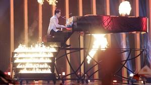 El representante de Ucrania,Melovin, durante su espectacular actuación en la segunda semifinal de Eurovisión,en Lisboa.