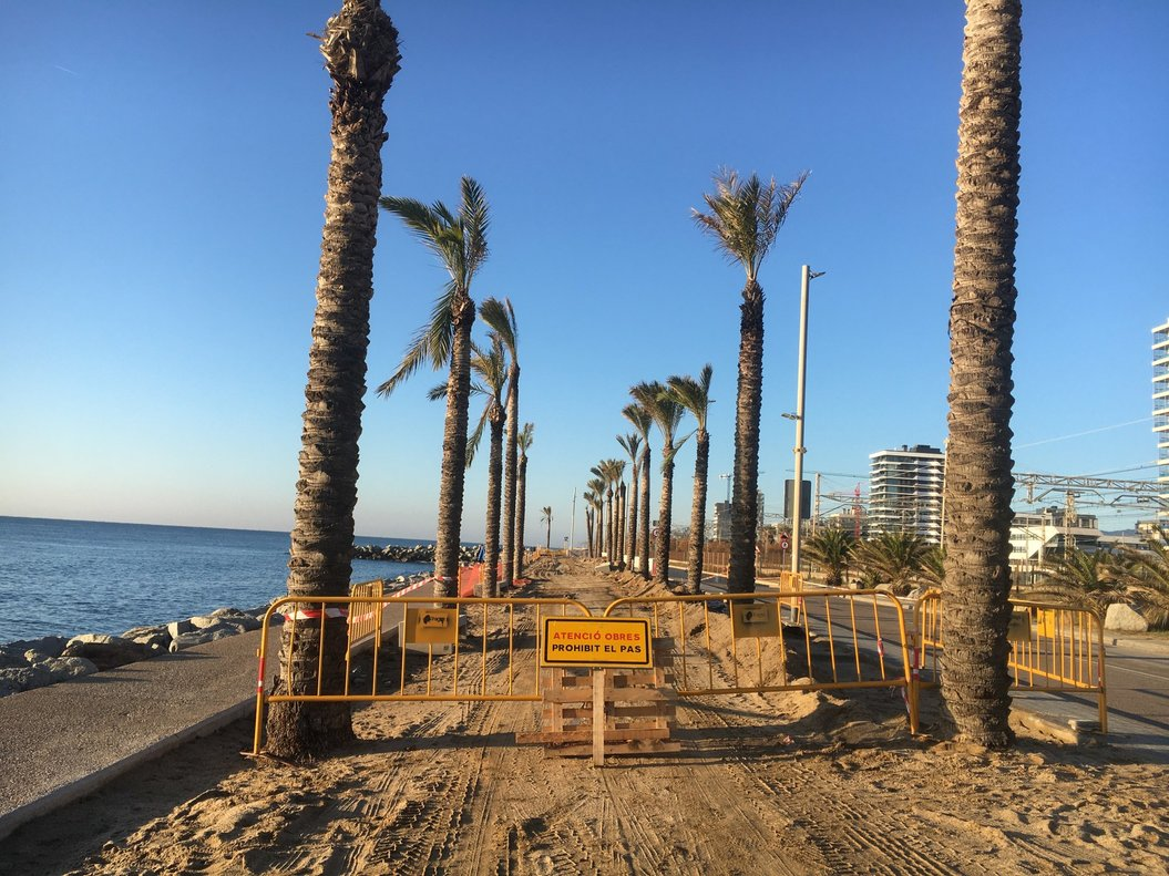 Adif ha comenzado las obras de remodelación de los rompeolas que discurren junto a las vías de tren de la línea Barcelona-Mataró-Maçanet.