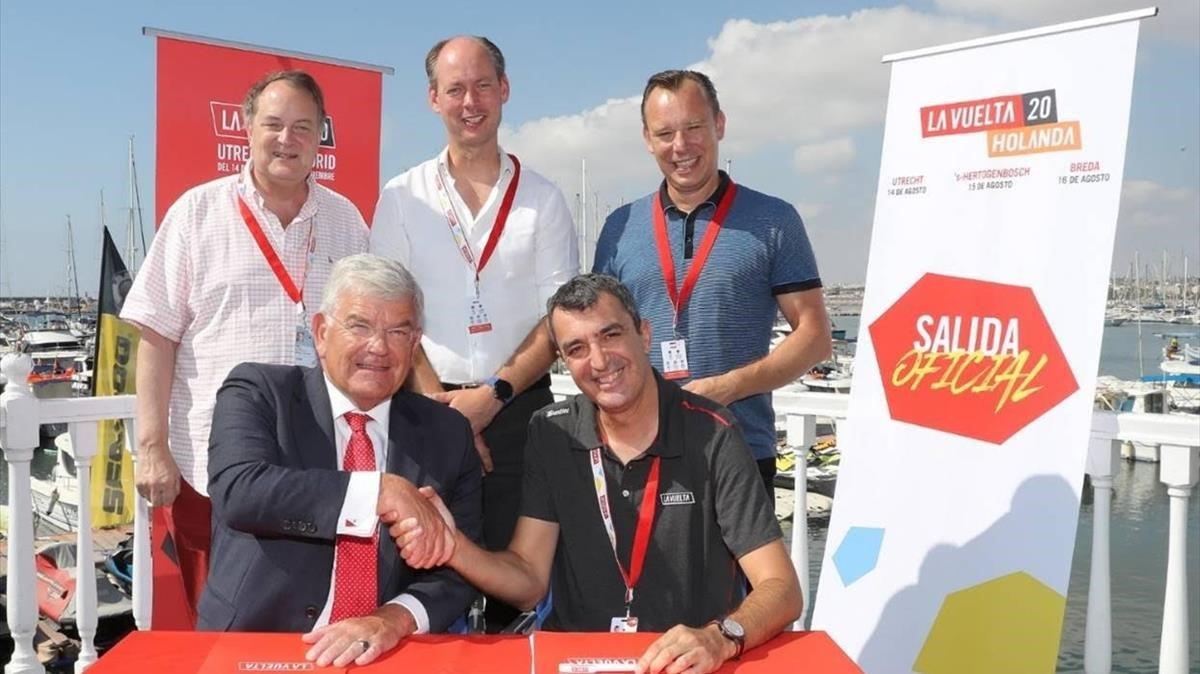 La firma del acuerdo para que la Vuelta saliera de los Países Bajos.