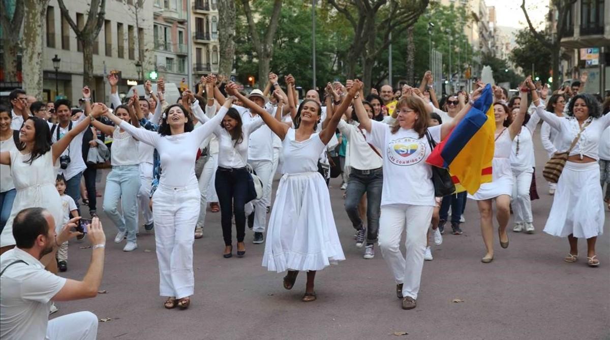 Flashmob en Barcelona para celebrar los acuerdos de paz en Colombia.
