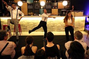 En este montaje, los actores cantan y bailan... pero sin guion.