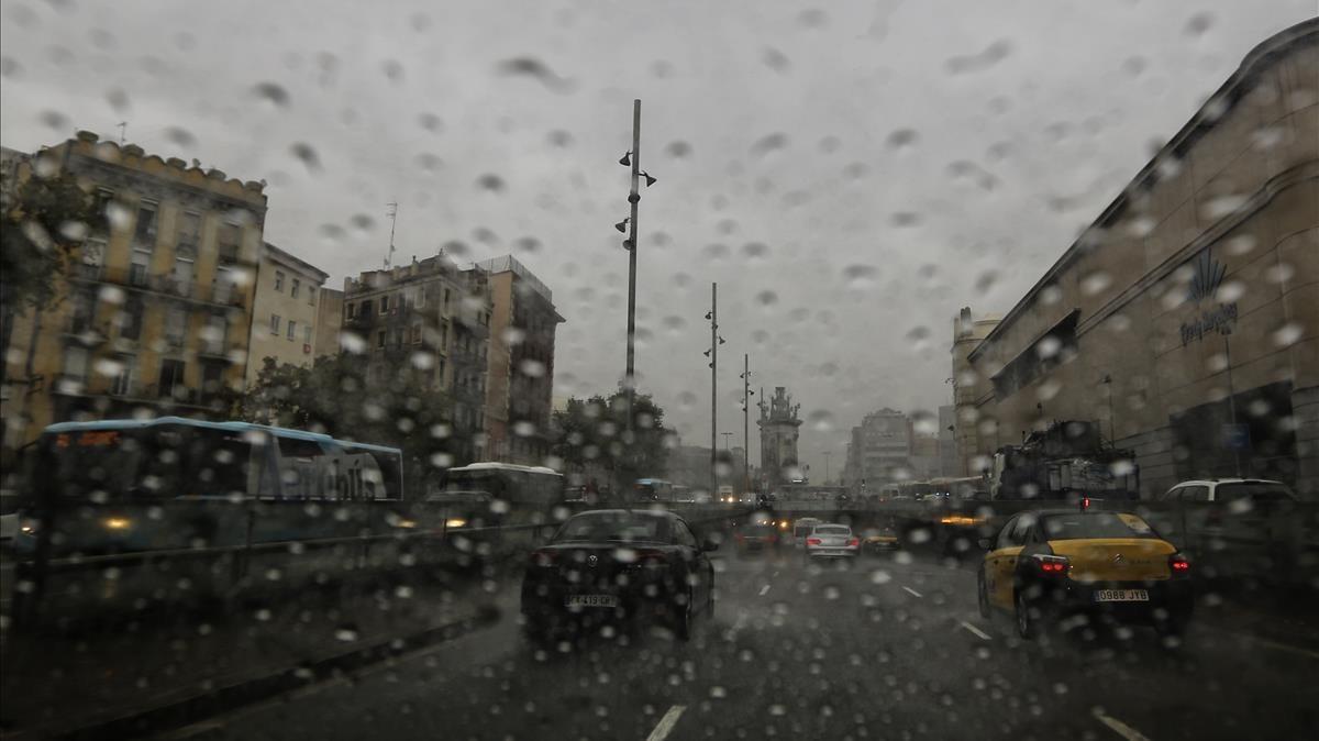 Lluvia intensa en la Gran Via de Barcelona.