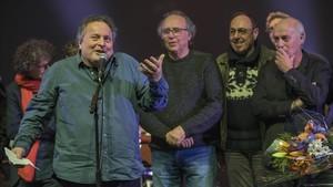 Ramon Muntaner, con Serrat y Pere Camps, director de Barnasants, entre otros, al final del concierto.