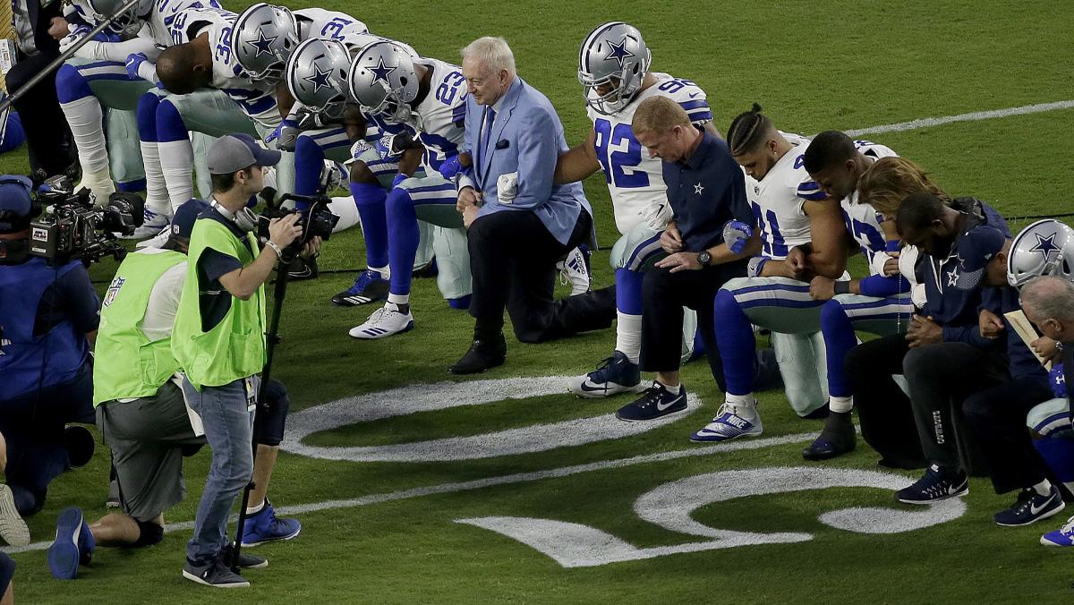 Los jugadores de fútbol americano protestan contra Trump y contra la violencia racial.