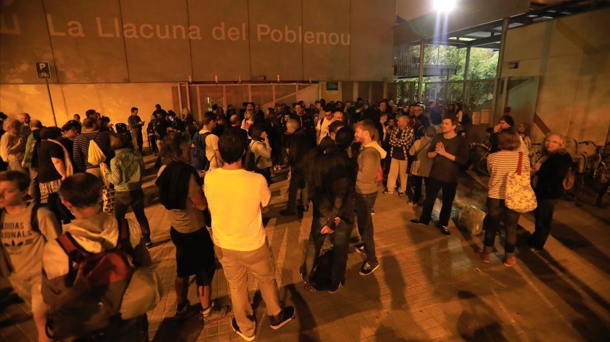 Gente en el exterior del CEIP La Llacuna en Poblenou.
