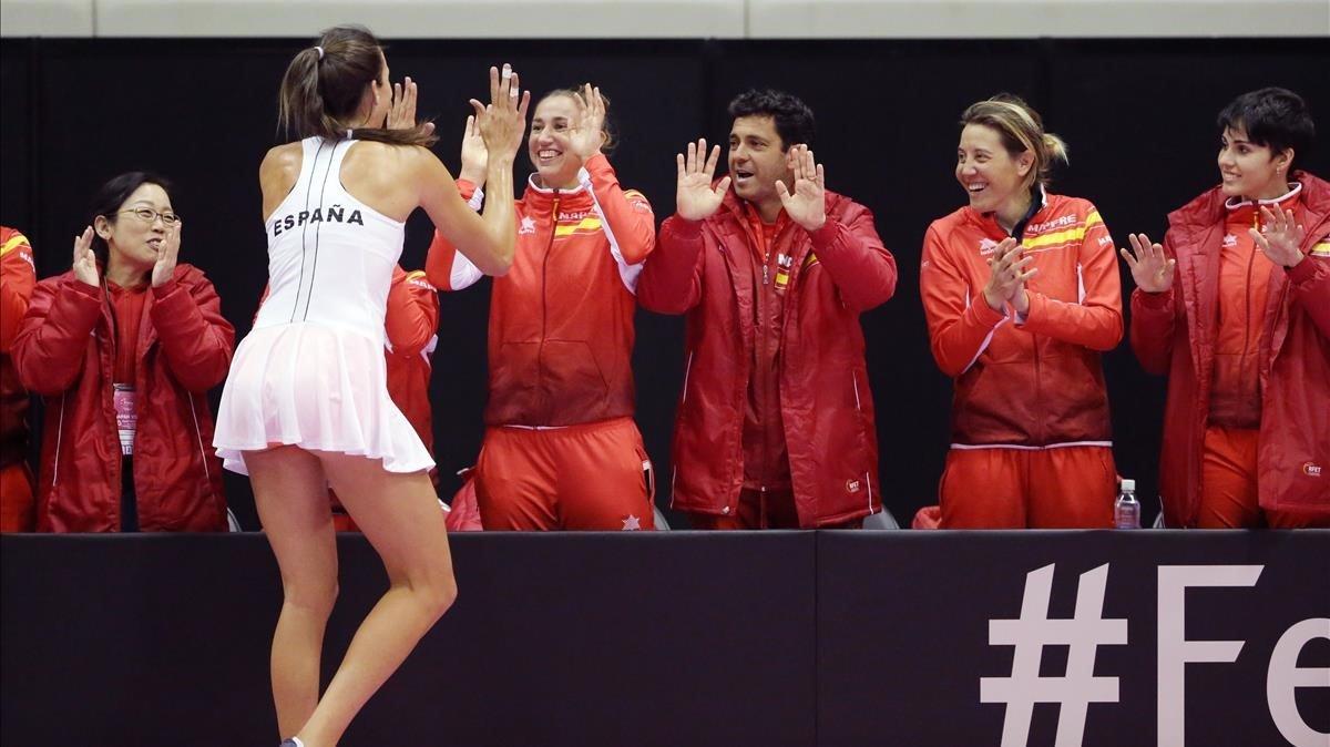 Georgina García es felicitada por todo el equipo tras ganar un punto decisivo en el Japón-España.