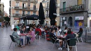 Grupos pequeños en una terraza en el barrio en el barrio deGràcia, en Barcelona, el pasado martes.