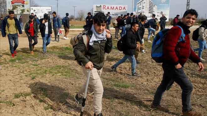 Grupos de refugiados llegan a la frontera turca con Grecia.