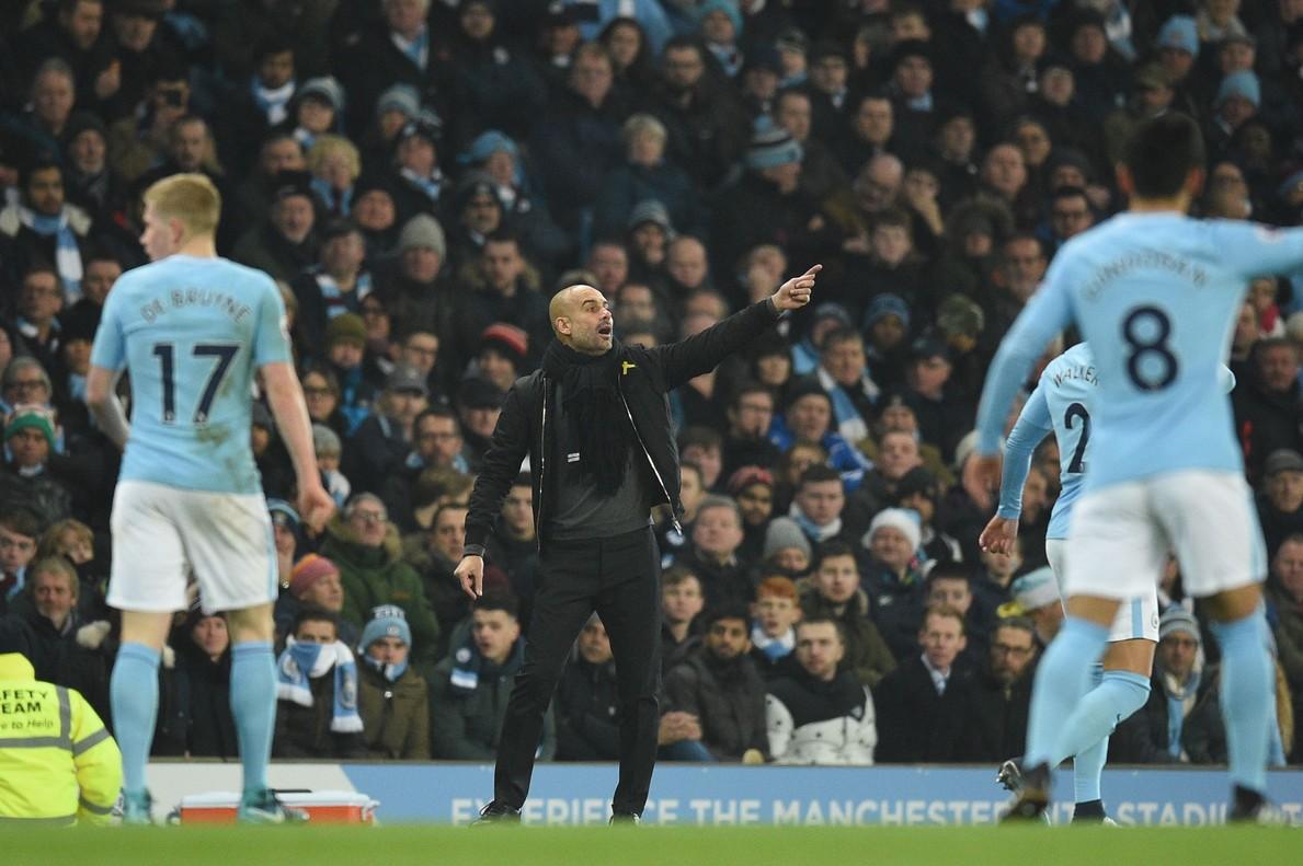 Pep Guardiola da consignas a sus jugadores.