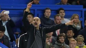 Guardiola da instrucciones a los jugadores del City en Stamford Bridge.