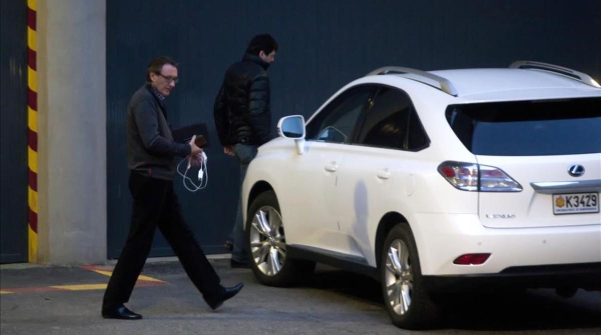 Higini y Ramon Cierco se suben a su vehículo tras hablar con su abogado, en marzo del 2015.