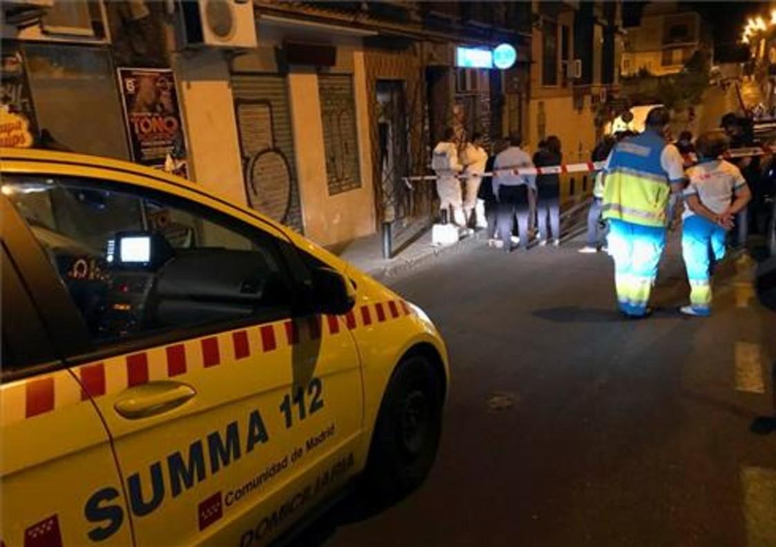 Imagen del lugar en el madrileño barrio de Tetuán en el que se ha encontrado a una mujer ahorcada.