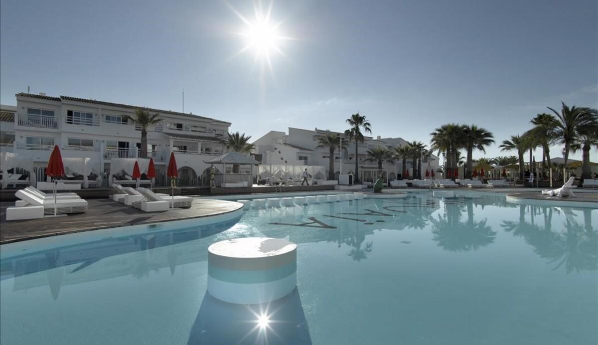 Un hotel con piscina en Ibiza.