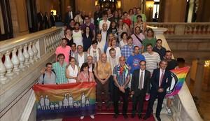 Diversos colectivos, acompañados de representantes de grupos políticos, en el Parlament el día que se aprobó la ley antihomofobia.