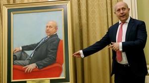 Wert junto a su retrato, en el Ministeriode Educación.