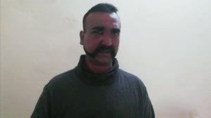 Imagen del piloto indio capturado por el Ejército paquistaní.