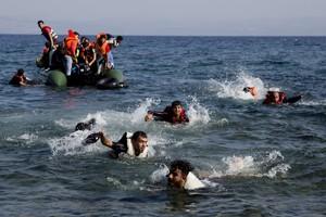 Immigrants intenten pujar a un bot, a prop de l'illa grega de Lesbos, el mes de setembre passat.