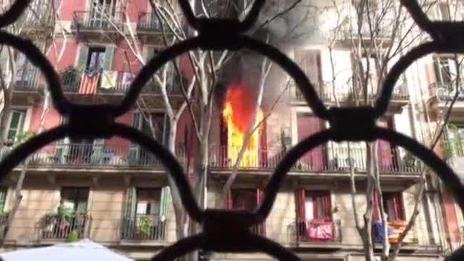 Imágenes del incendio en la calle dels Àngels de Barcelona.