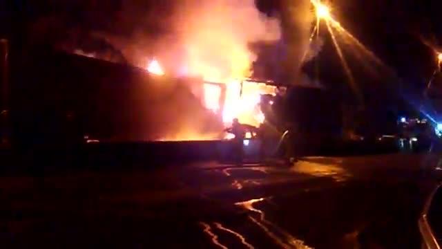Incendio de un camión involucrado en un choque múltiple en la carretera C-245, en Sant Boi de Llobregat
