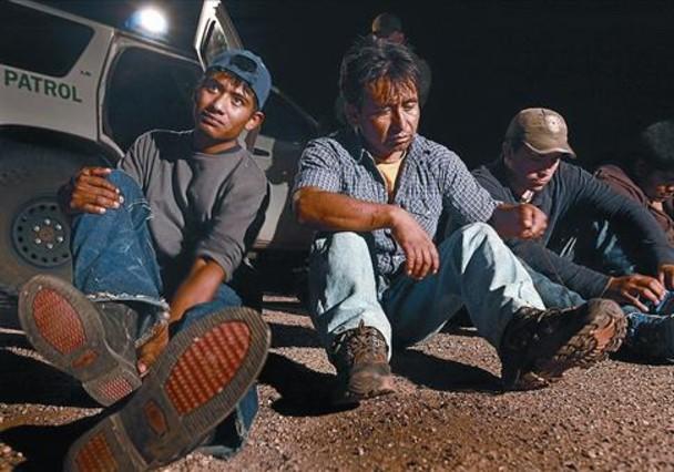 Inmigrantes mexicanos arrestados cerca de la frontera, antes de ser traslados a Arizona.
