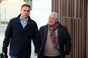 El extesorero de CDC,Andreu Viloca (arriba, con pañuelo, camino del juzgado en El Vendrell).