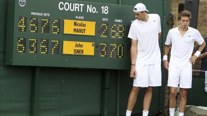 Isner (izquierda) y Mahut, ante el marcador histórico del 2010 en Wimbledon.