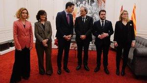 De izquierda a derecha, la ministra Meritxell Batet;la vicepresidenta Carmen Calvo;el jefe del Gobierno, Pedro Sánchez; el president, Quim Torra; el vicepresidentePere Aragonès, y la consellera Elsa Artadi, el pasado 20 de diciembre, en Barcelona.